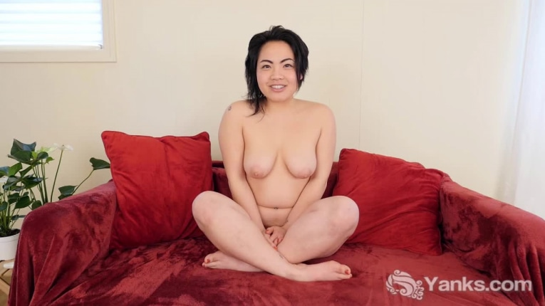 Yanks clementine fingers her meaty pussy 2